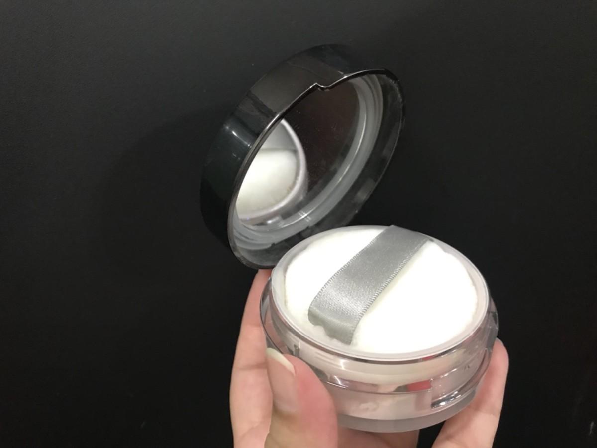 日本 kiss 雪紡珠光持妝蜜粉SPF12/PA+ 有點乾的透明蜜粉,適合定妝,細緻的亮粉是妝感加分自然裸透的關鍵 彩妝品 彩妝品分享 攝影