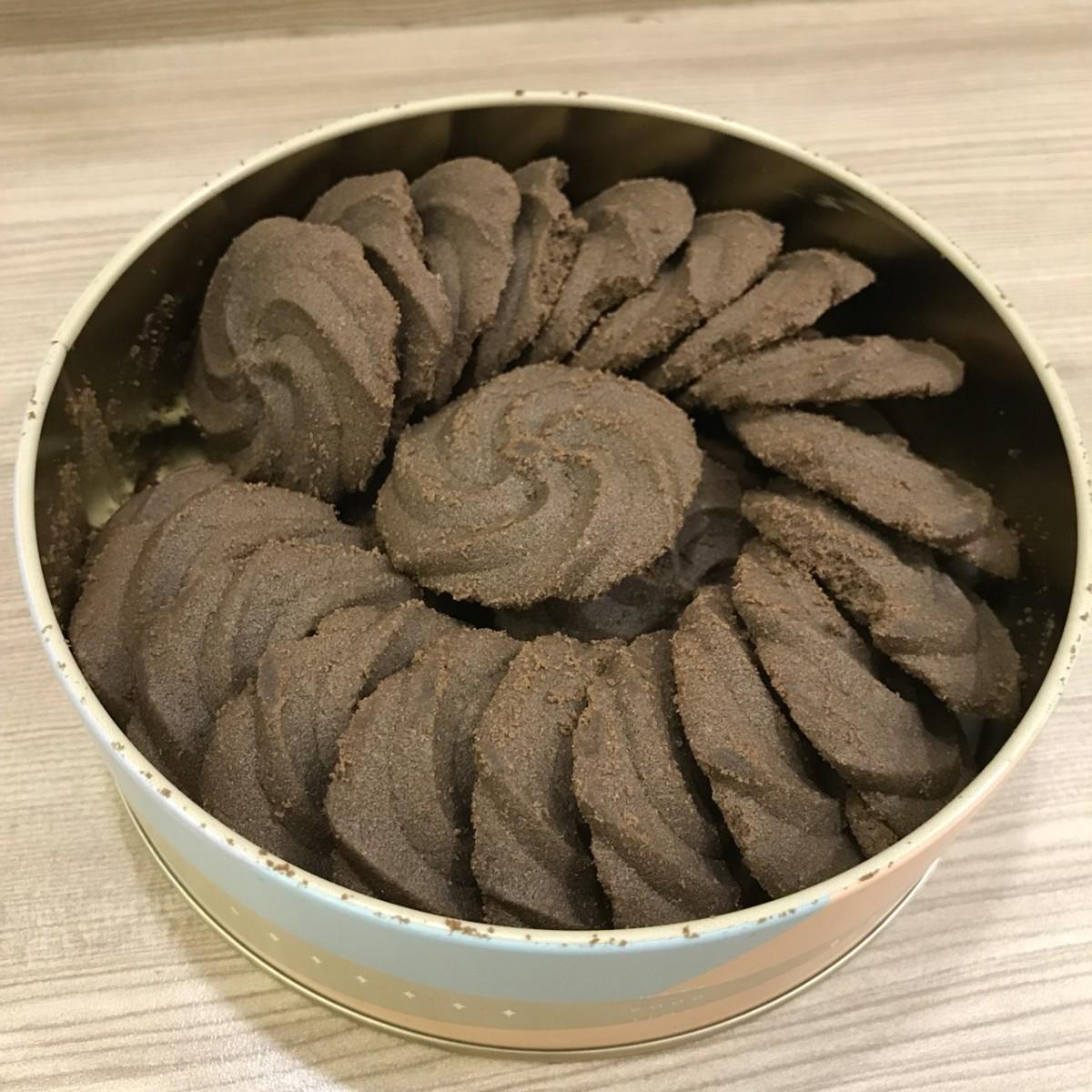 可愛的鐵盒甜點-國王你好-濃黑巧克力手工曲奇,100%純可可粉融注,成就噴香酥脆的一口完美~ 宅配食記 攝影 民生資訊分享 飲食集錦