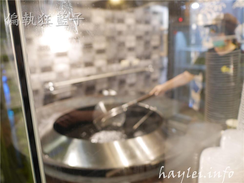 老長沙布雷克臭豆腐/柯記布雷克臭豆腐-又嫩又酥的現炸豆腐,搭上特調醬料一起,吃起來特別夠味!台中西屯區美食/逢甲商圈/逢甲美食小吃/黑色美食/街頭小吃/傳統美食/臭豆腐/黑豆腐/黑色臭豆腐/竹炭豆腐 中式料理 攝影 民生資訊分享 飲食集錦